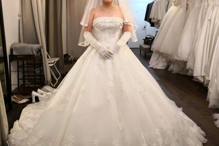 ロールカラー風の胸元がかわいいドレスです