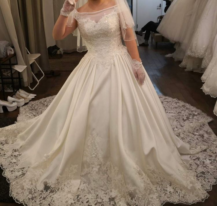 裾がゴージャスなドレス