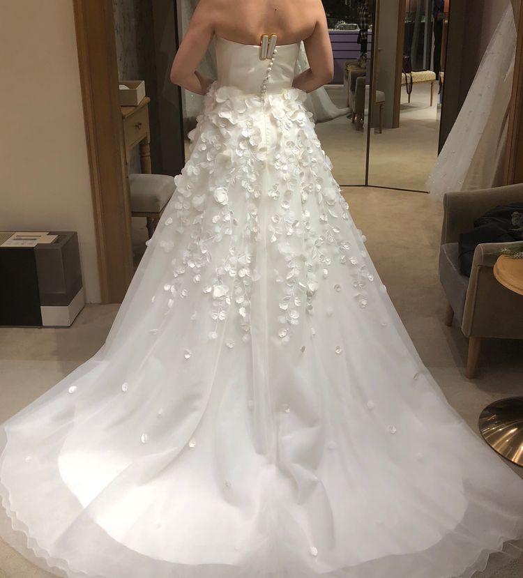 シンプルだけど少し変わったデザインのドレス