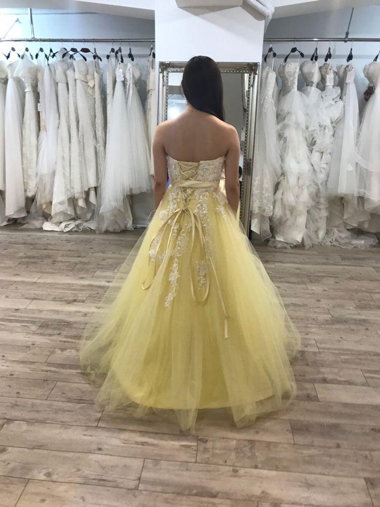レモンイエローのドレス