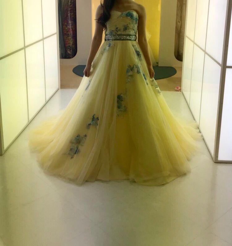 レモンイエローの刺繍ドレス