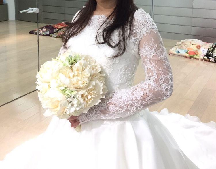 後ろ姿のフリルが特徴、シンプルかつ上品なドレス