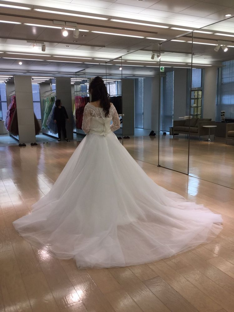 シンプルかつ軽めな印象を与えるドレス