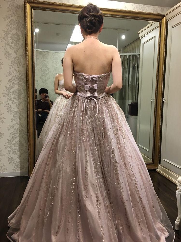 スパンコールが光るドレス