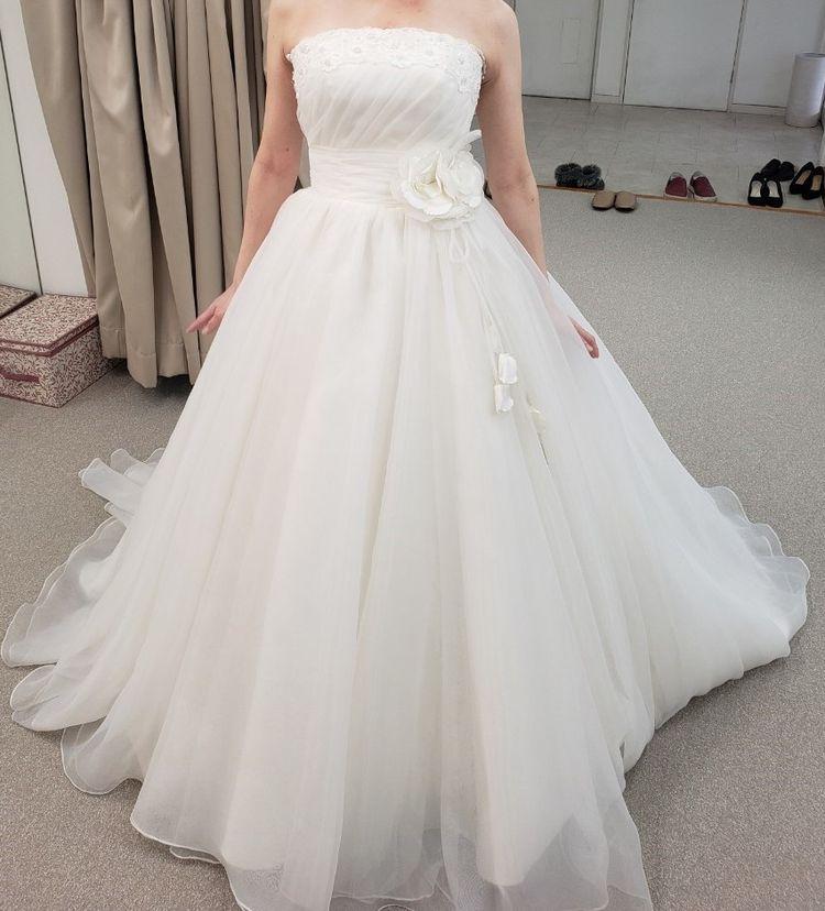 コサージュがコンセプトの真っ白いドレスです。