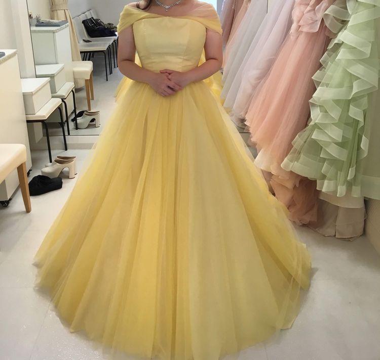 黄色のシンプルなドレス