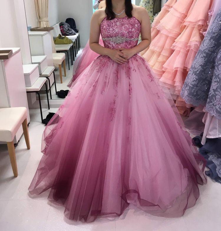 ピンクの華やかなドレス