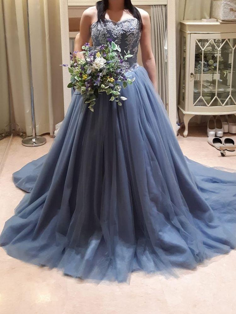 ブルーが鮮やかなドレス