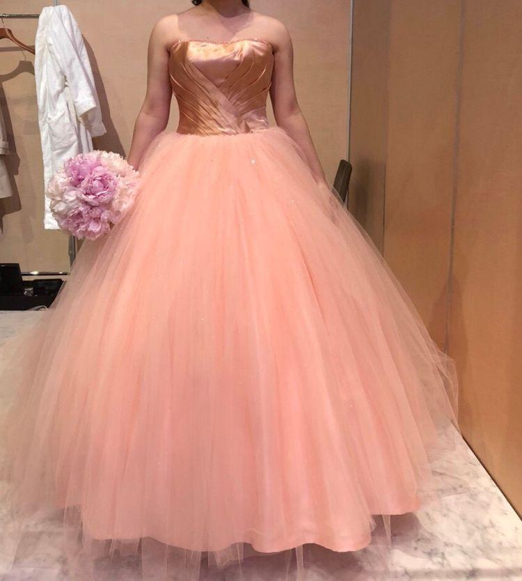サーモンピンクのドレス