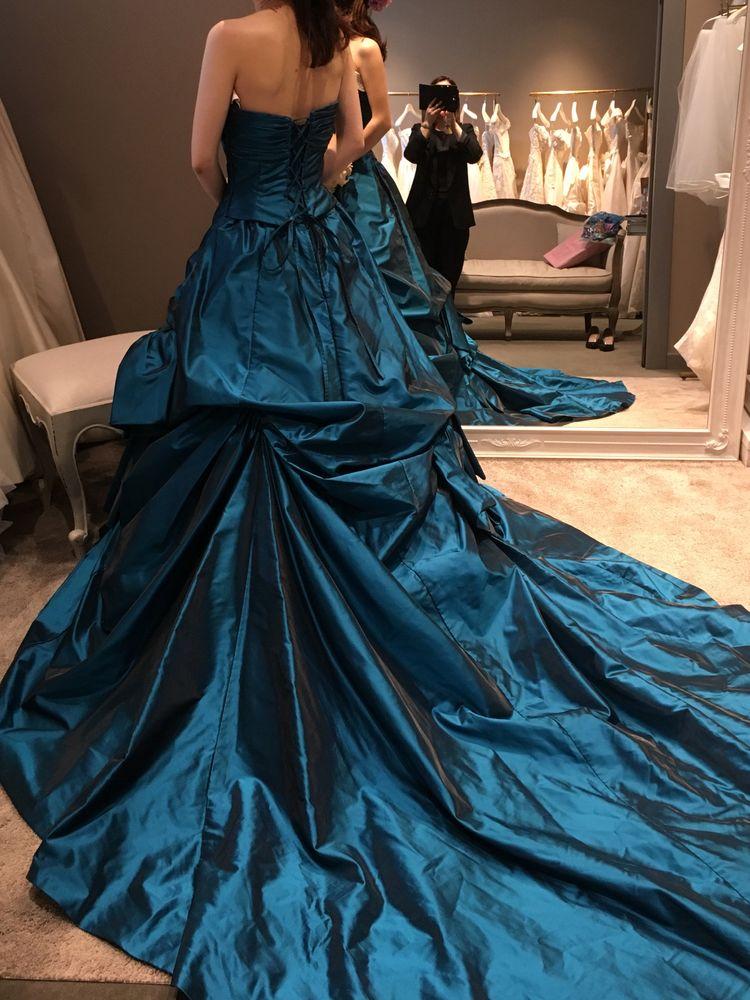 光沢のあるブルーのカラードレス