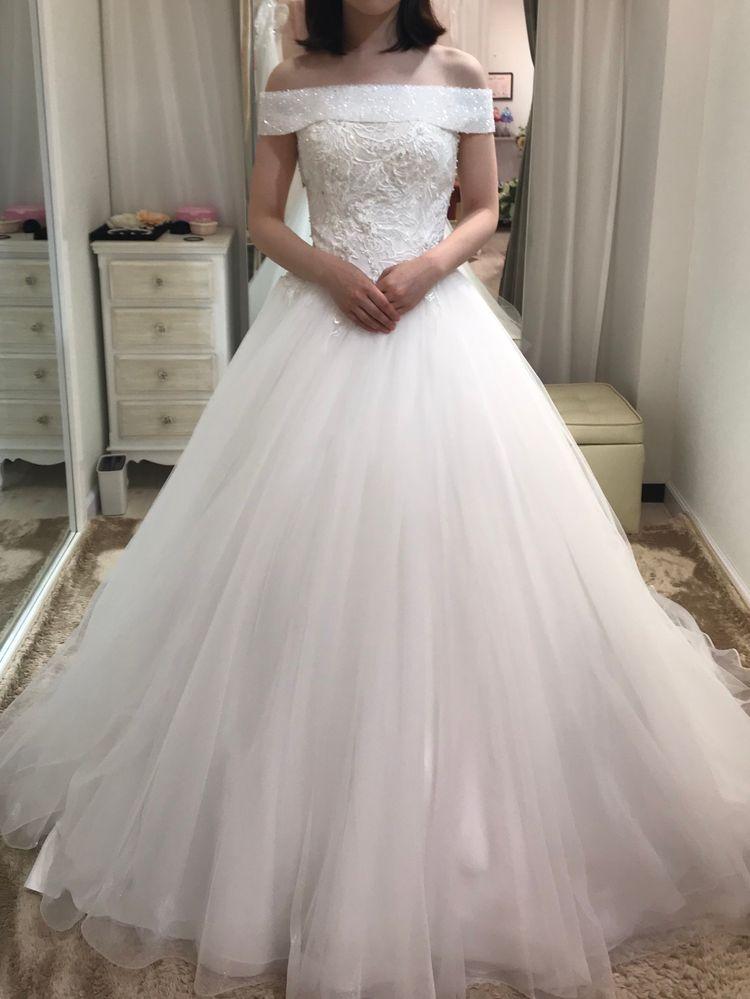 チュールでできたプリンセスラインのお姫様のやうなドレス