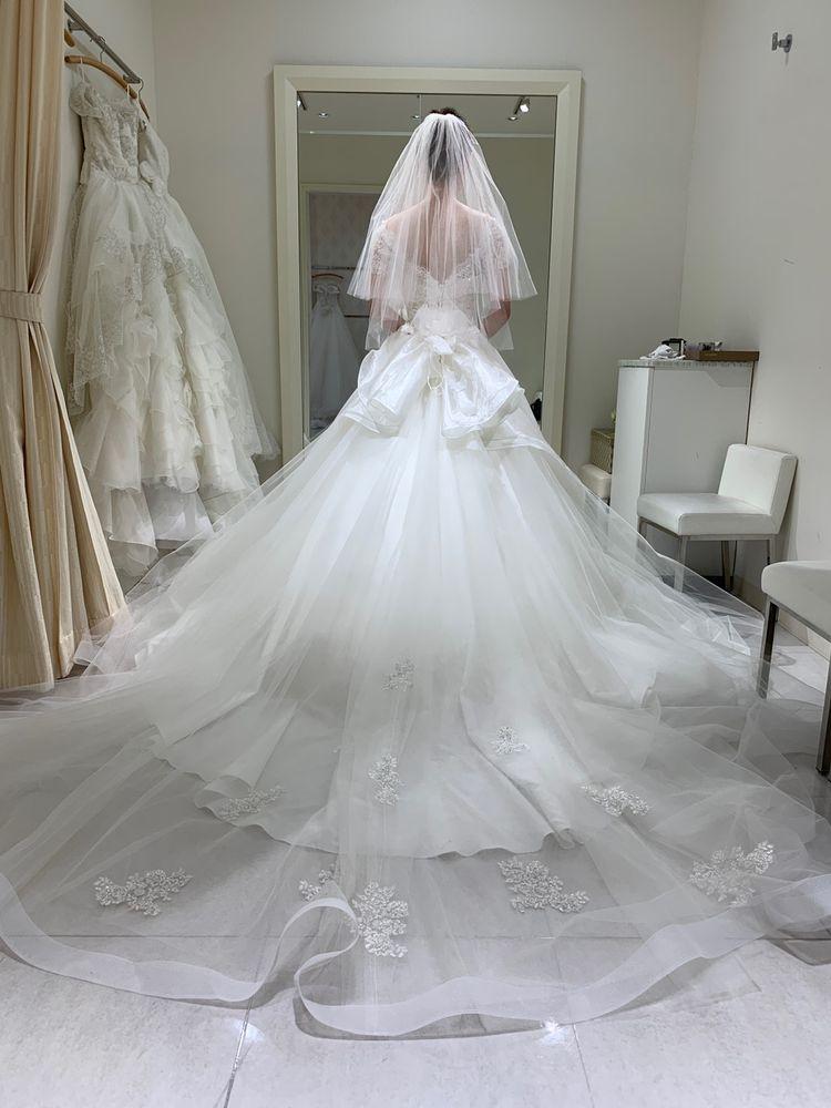 裾のホースレースが作るラインが美しいドレス