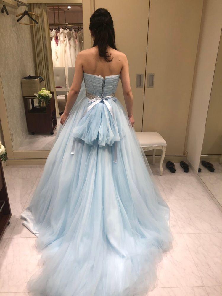 スカイブルーのシンプルなカラードレス