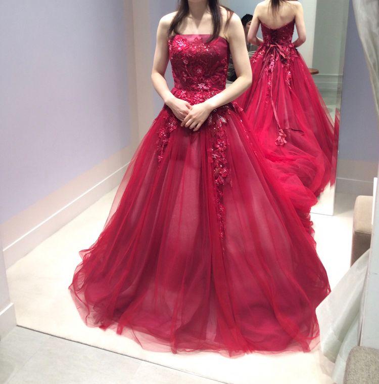 赤いレースドレス