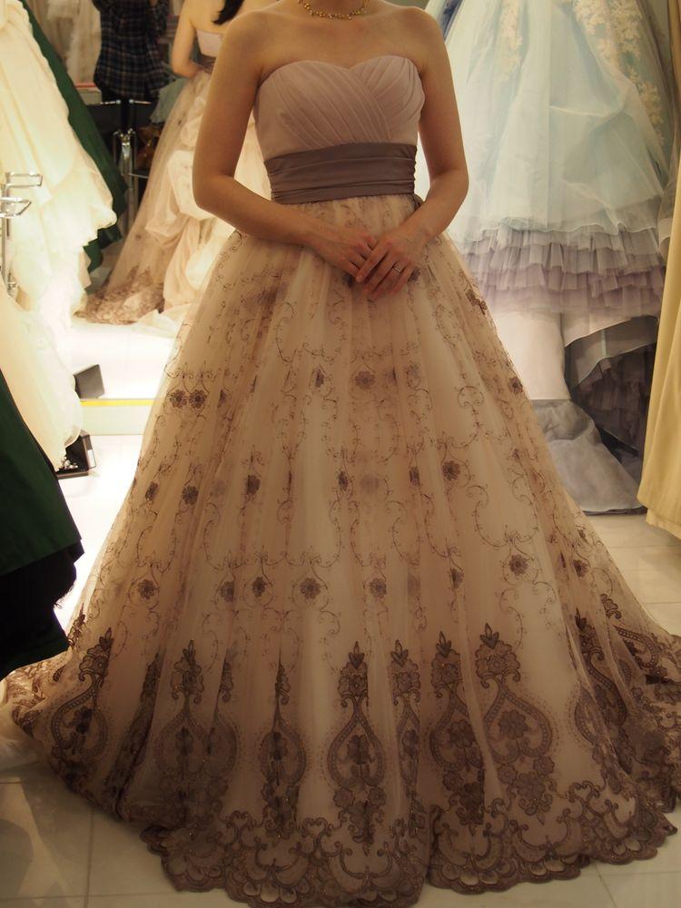 ピンクベージュのふわふわドレス