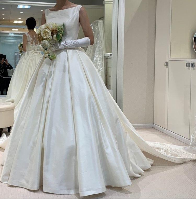 王道なシルク素材のドレス