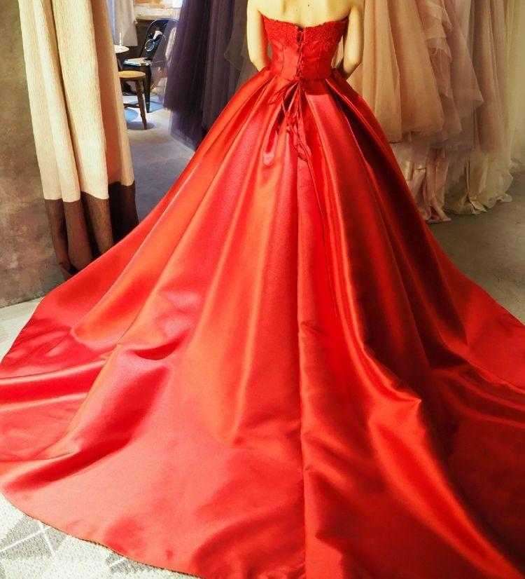 赤のサテンドレス