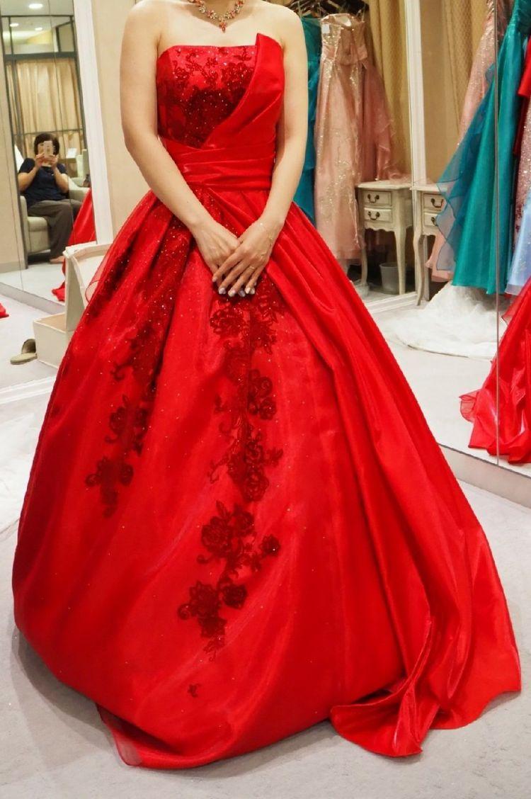赤の刺繍が特徴的なドレス