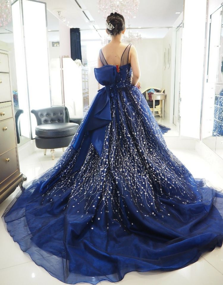 夜空のような紺のキラキラドレス