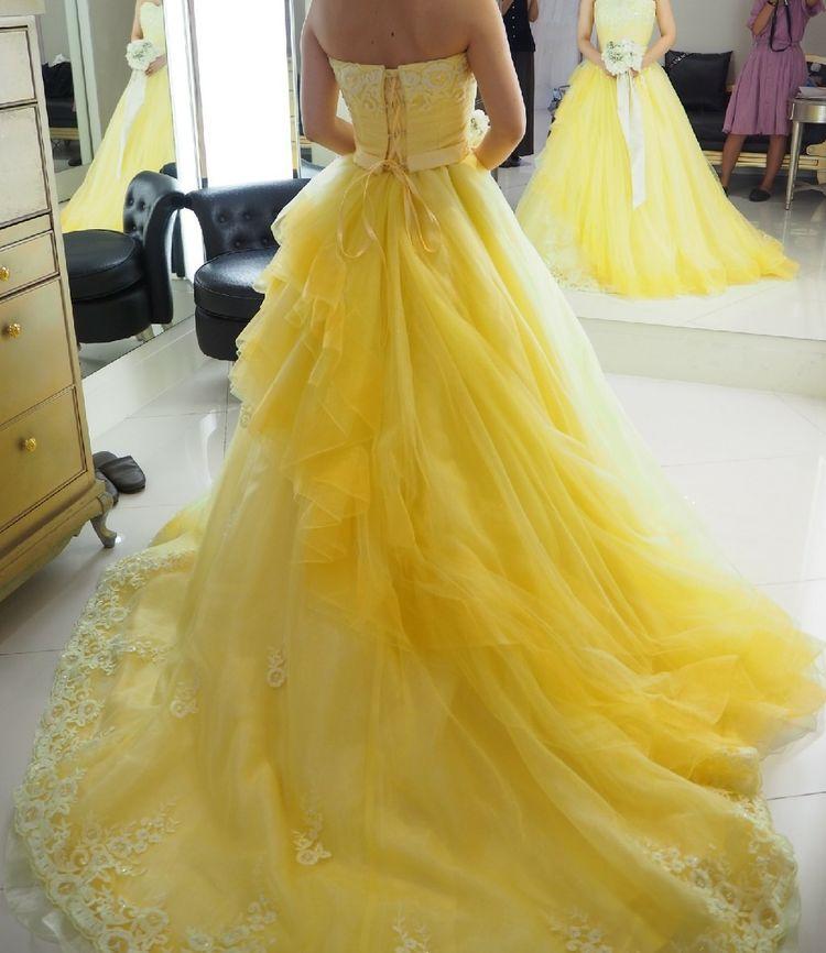 トレーンの刺繍がかわいいイエロードレス