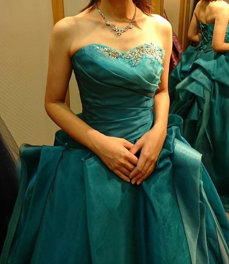 エメラルドグリーンのグラデーションカラーが魅力的なドレス