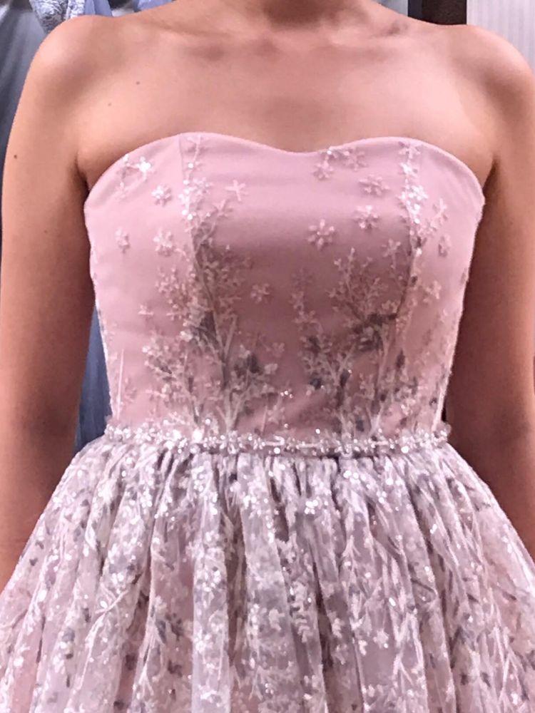 ナチュラルな雰囲気の柔らかいピンクのドレス