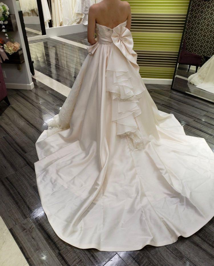 2つの素材が楽しめる珍しいドレス