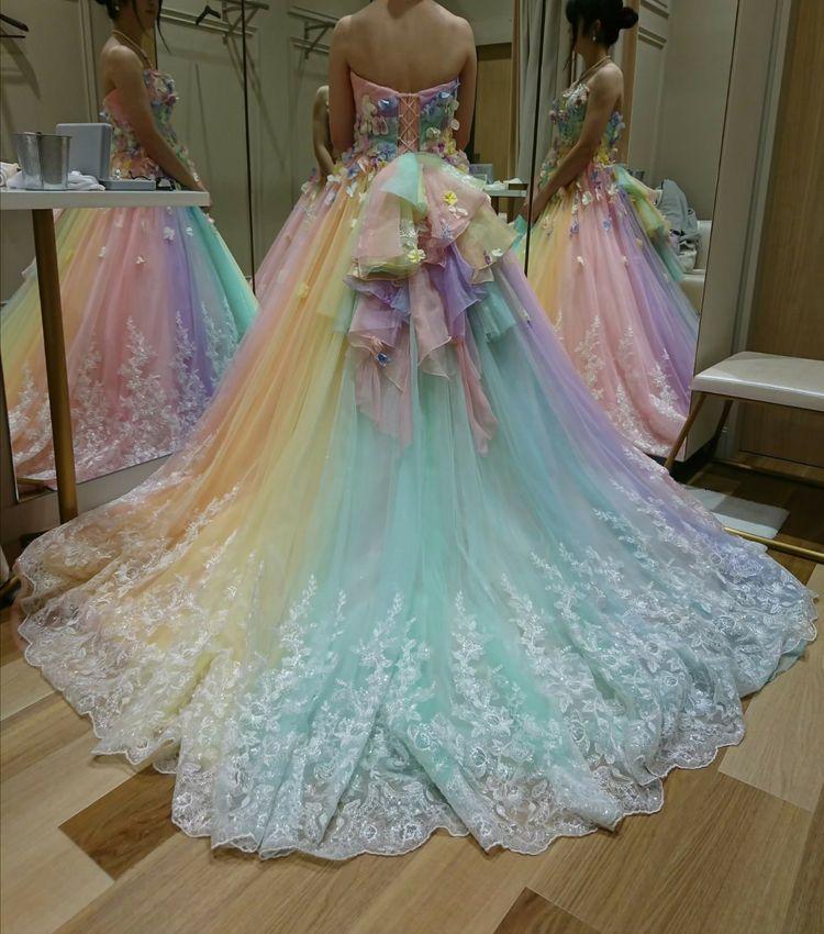 カラフルで華やかなドレス