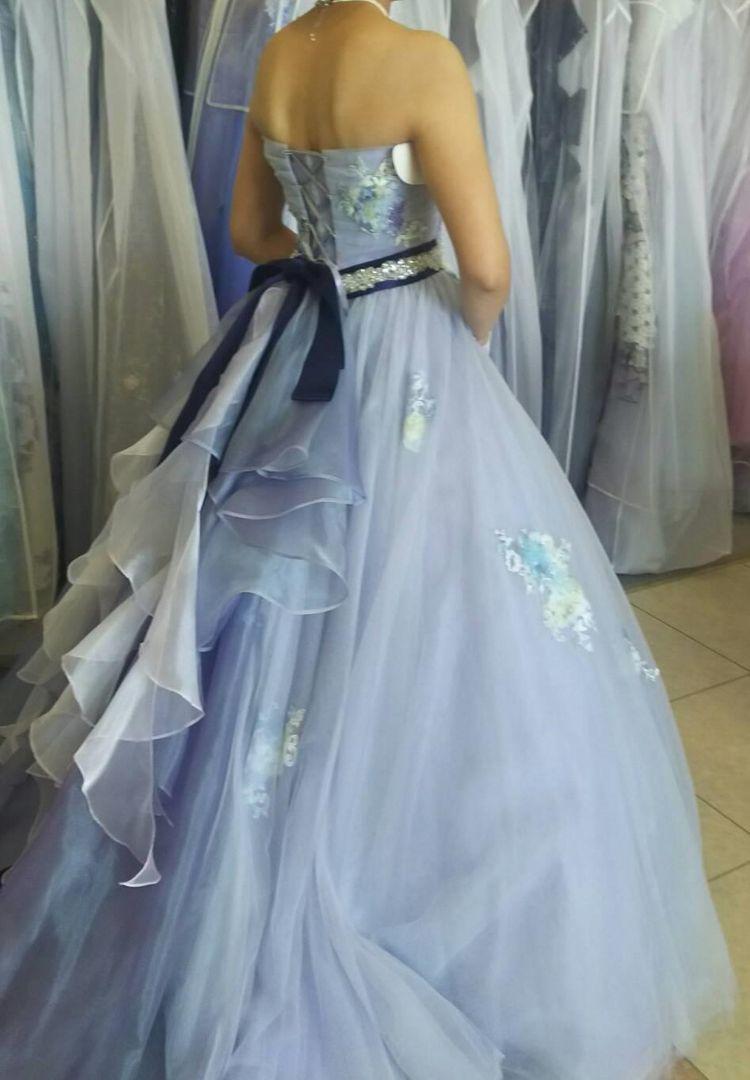 スカイブルーのシンプルカラードレス