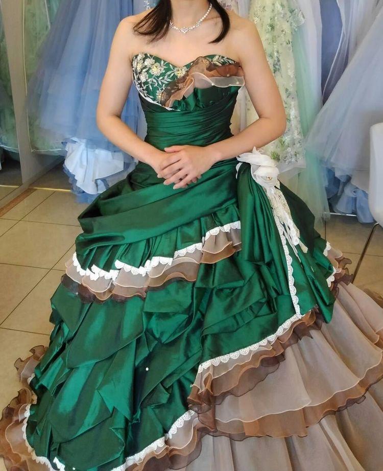 深緑の重厚感あるドレス