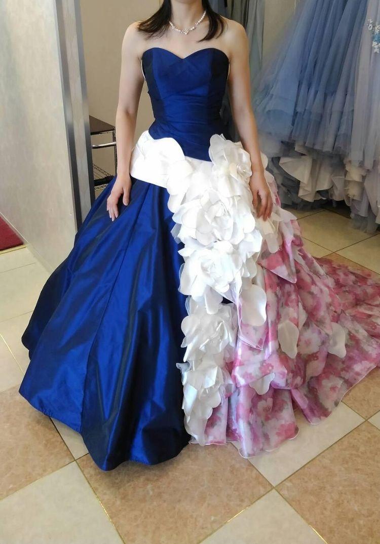 紺のサテンドレス