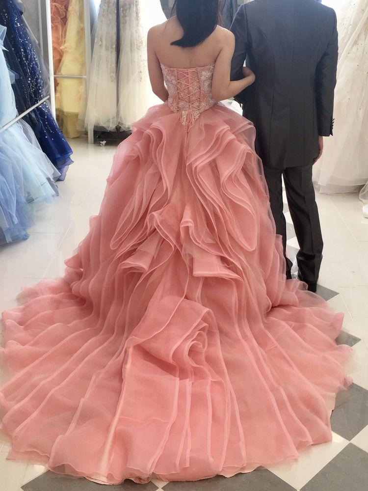 個性的なフリルが印象的なドレス