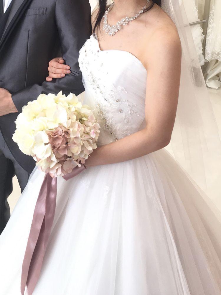 胸元のビジューと裾のレースがポイントのドレス