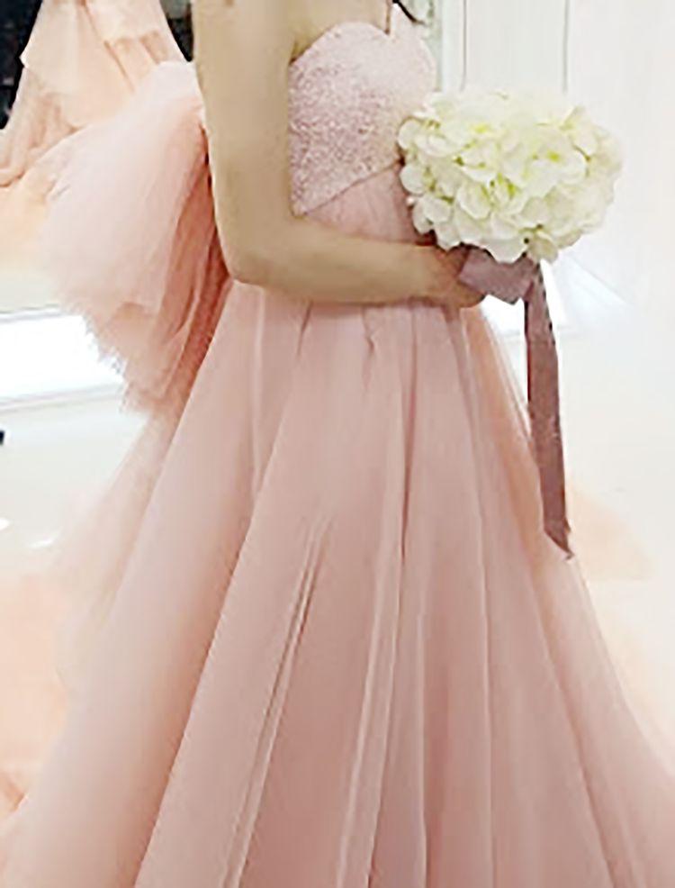 フワフワした羽のようなバックスタイルのドレス