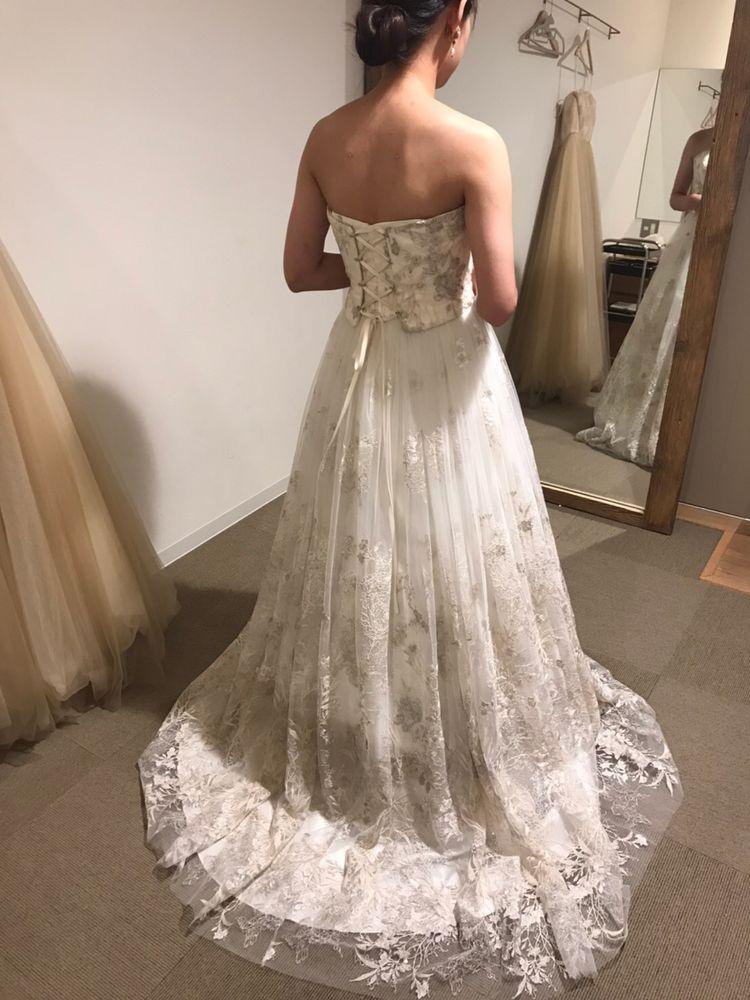 シルバーの刺繍が綺麗なドレス