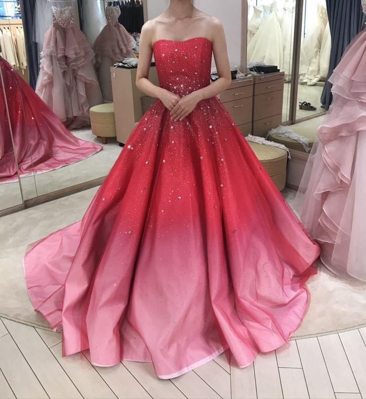 スポットライトの当たり方でいろんな色になるドレスです