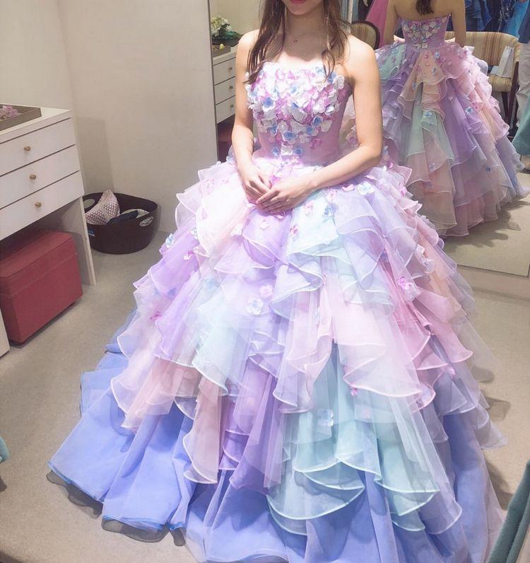 パステルカラーのボリュームドレス