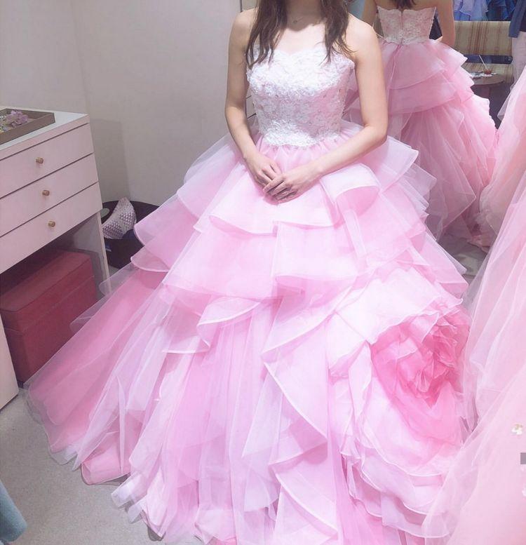 スカート部分が印象的なカラードレス