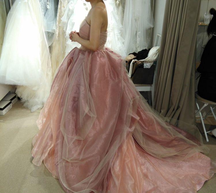くすみピンクのドレス