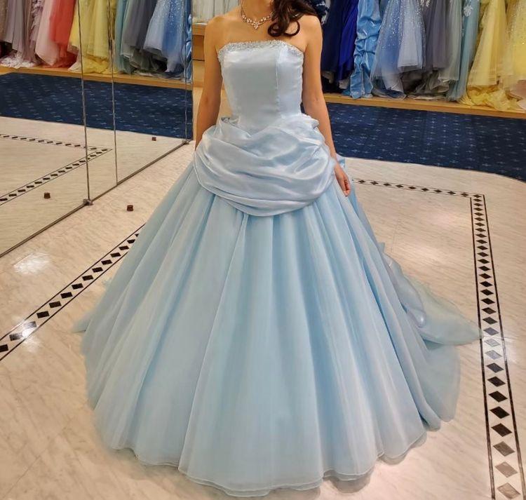 シンプルな水色のドレス