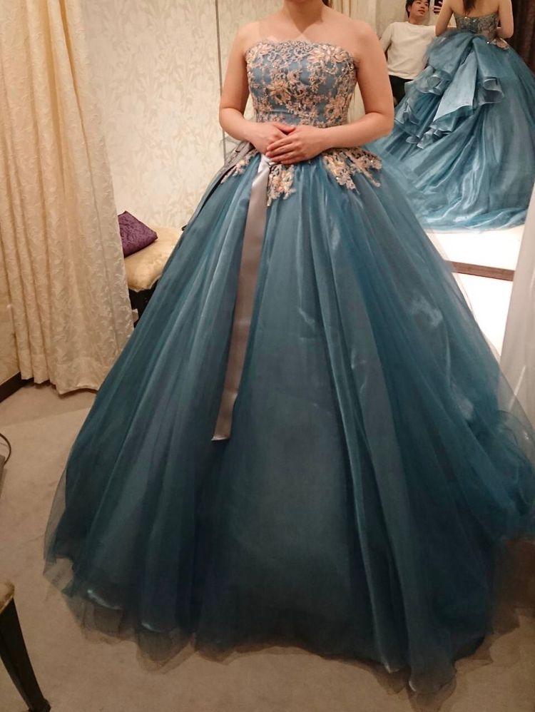 ドレスの光沢がどの角度から見ても綺麗!