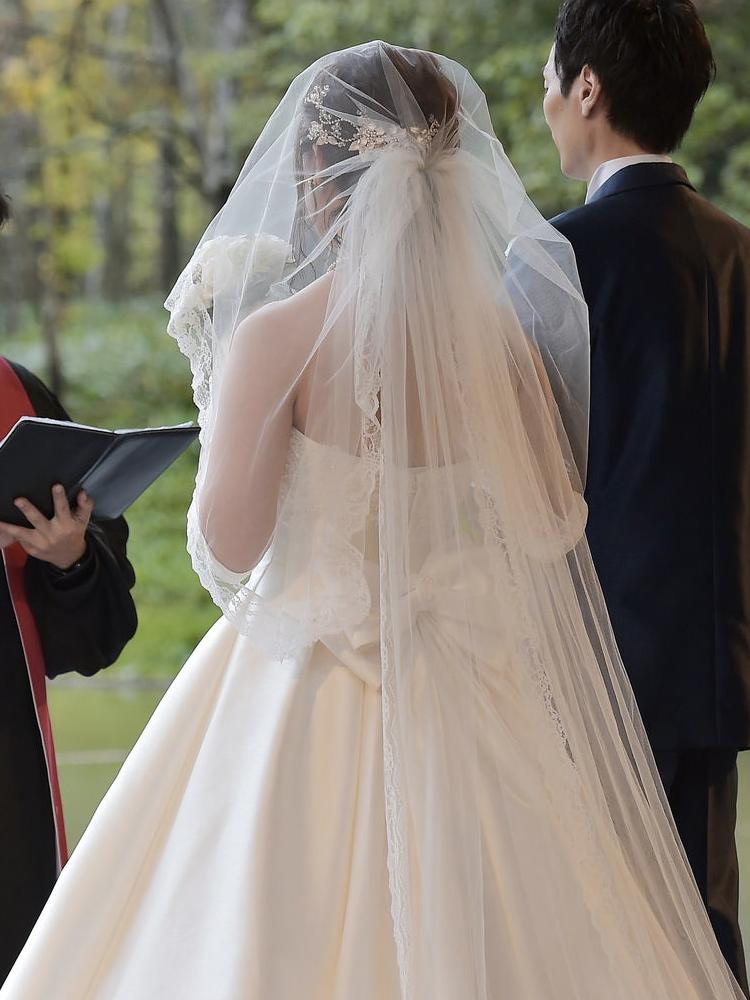 洗練された水の教会にピッタリの、シンプルなドレス