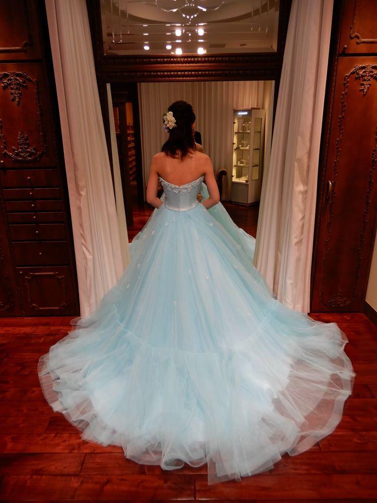 水色が綺麗でパッと華やぐドレス
