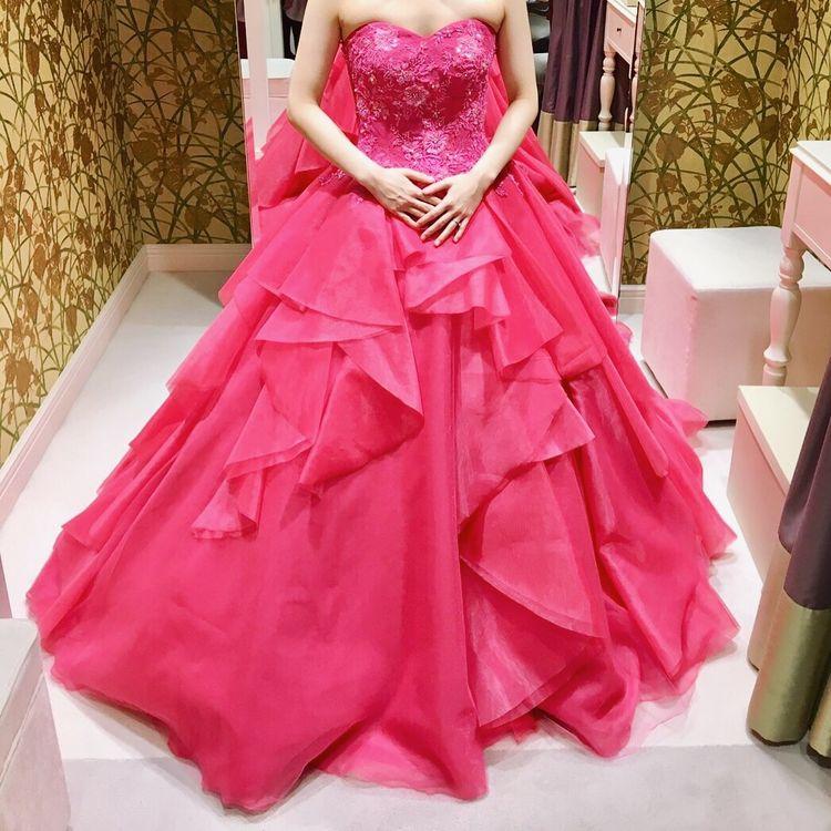 コーラルレッドの華やかドレス