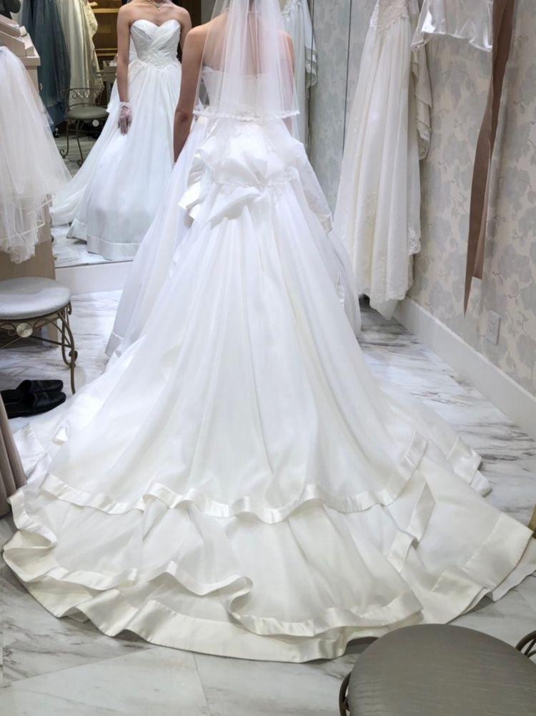 サテン生地のウェディングドレス