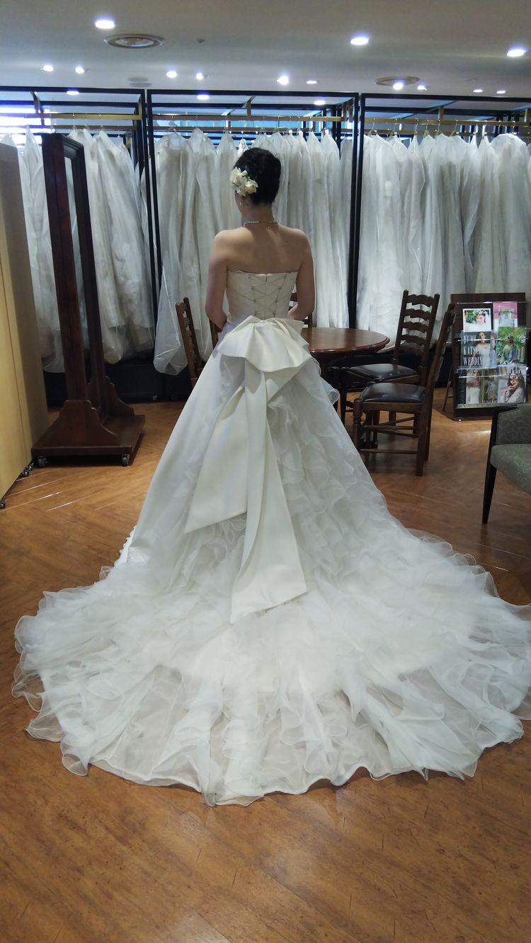 後ろ姿がキュートなシンプルウェディングドレス