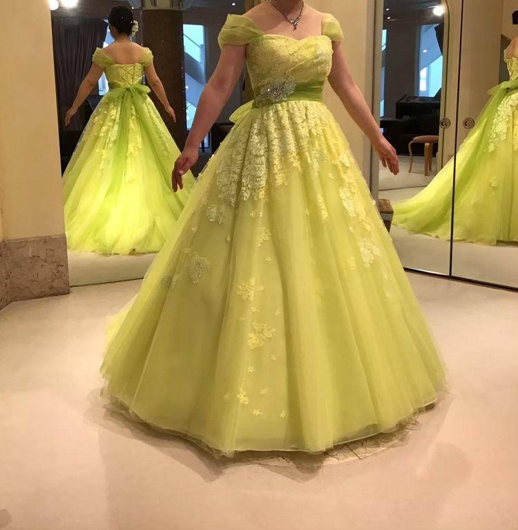 黄緑色のドレス