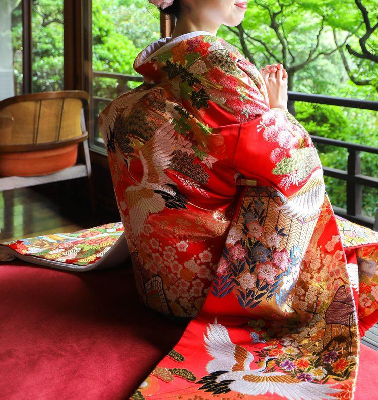 美しい赤に鶴と式の草花が映える王道の色打掛