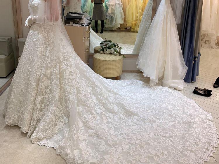 全体に入った刺繍が美しいドレス