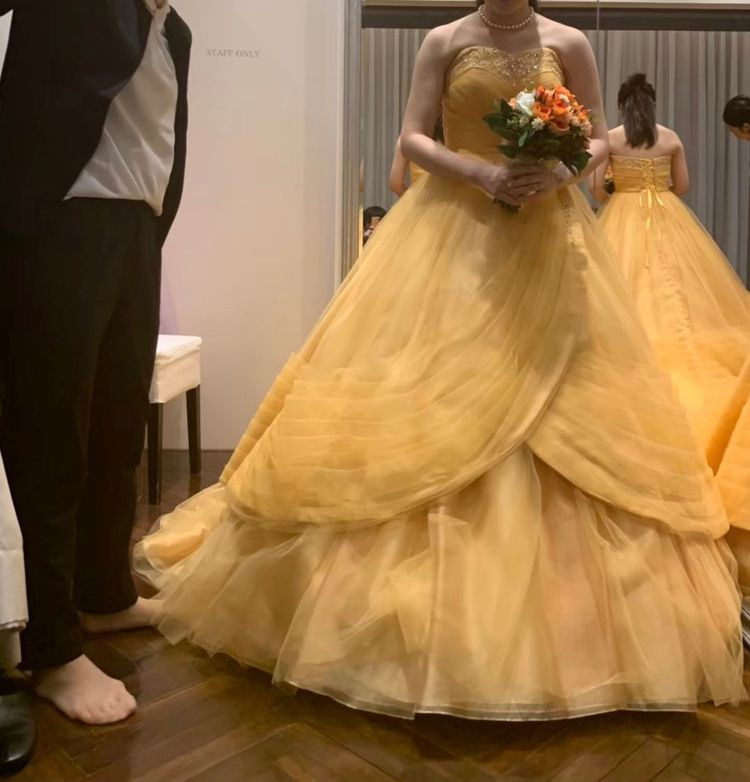 落ち着いたベルのカラードレス